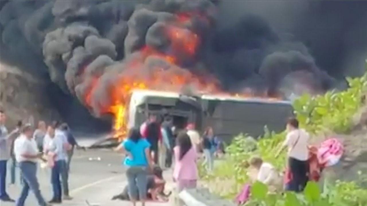 Turistleri taşıyan otobüs devrildi!.. Çok sayıda ölü var!