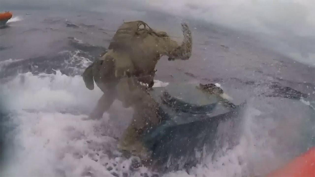 Hareket halindeki denizaltıya uyuşturucu baskını