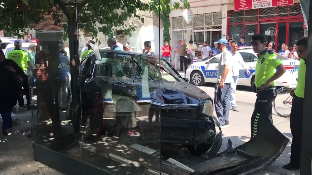 Otomobil otobüs durağına girdi!.. Yaralılar var!