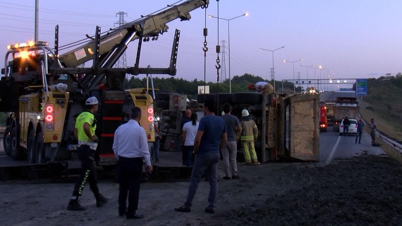 İstanbul'da hafriyat kamyonu devrildi!.. İstanbul Havalimanı yolu trafiğe kapandı!