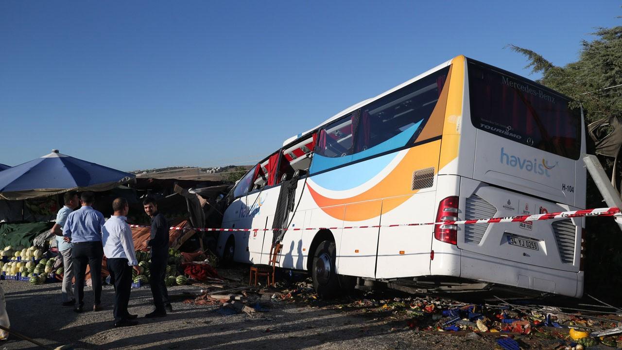 Havaist otobüsü devrildi: Ölü ve yaralılar var