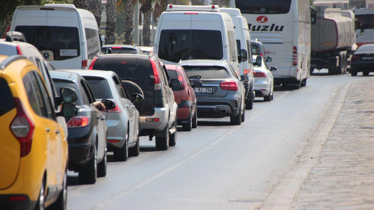Dönüş çilesi başladı!.. 6 kilometrelik yolu 1 saatte geçebildiler!