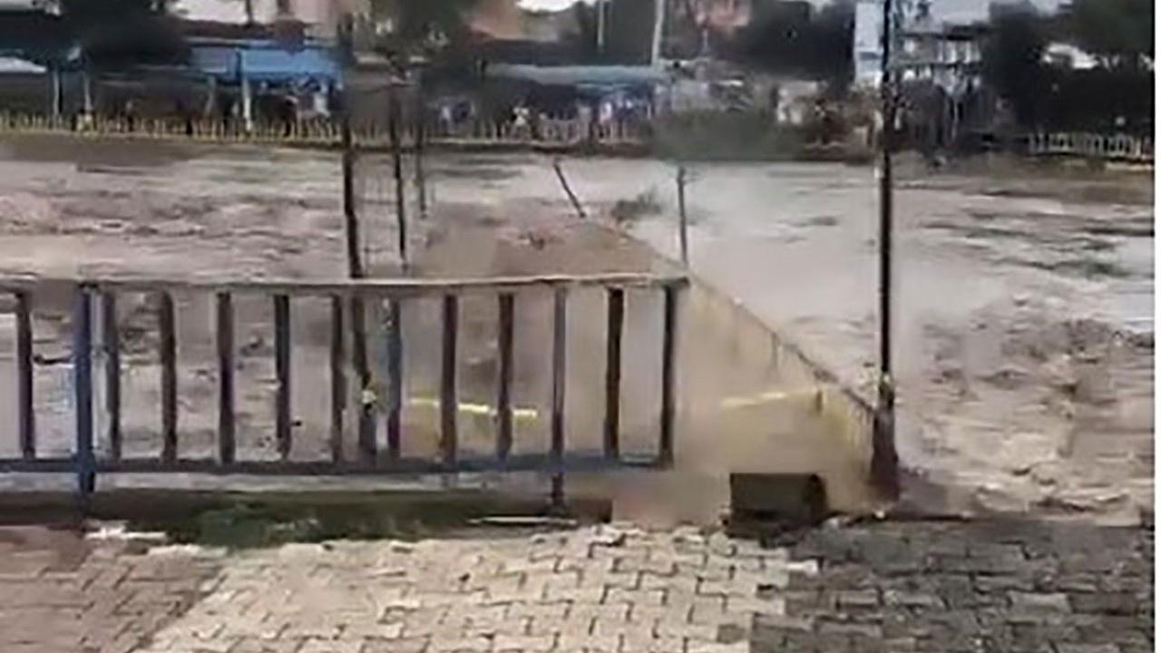 Samsun Terme'de sel suları köprüyü aldı götürdü