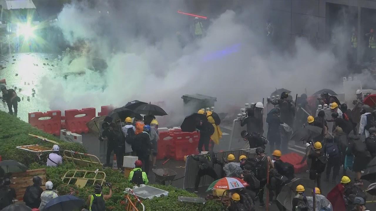 Hong Kong'da protestocular kazandı