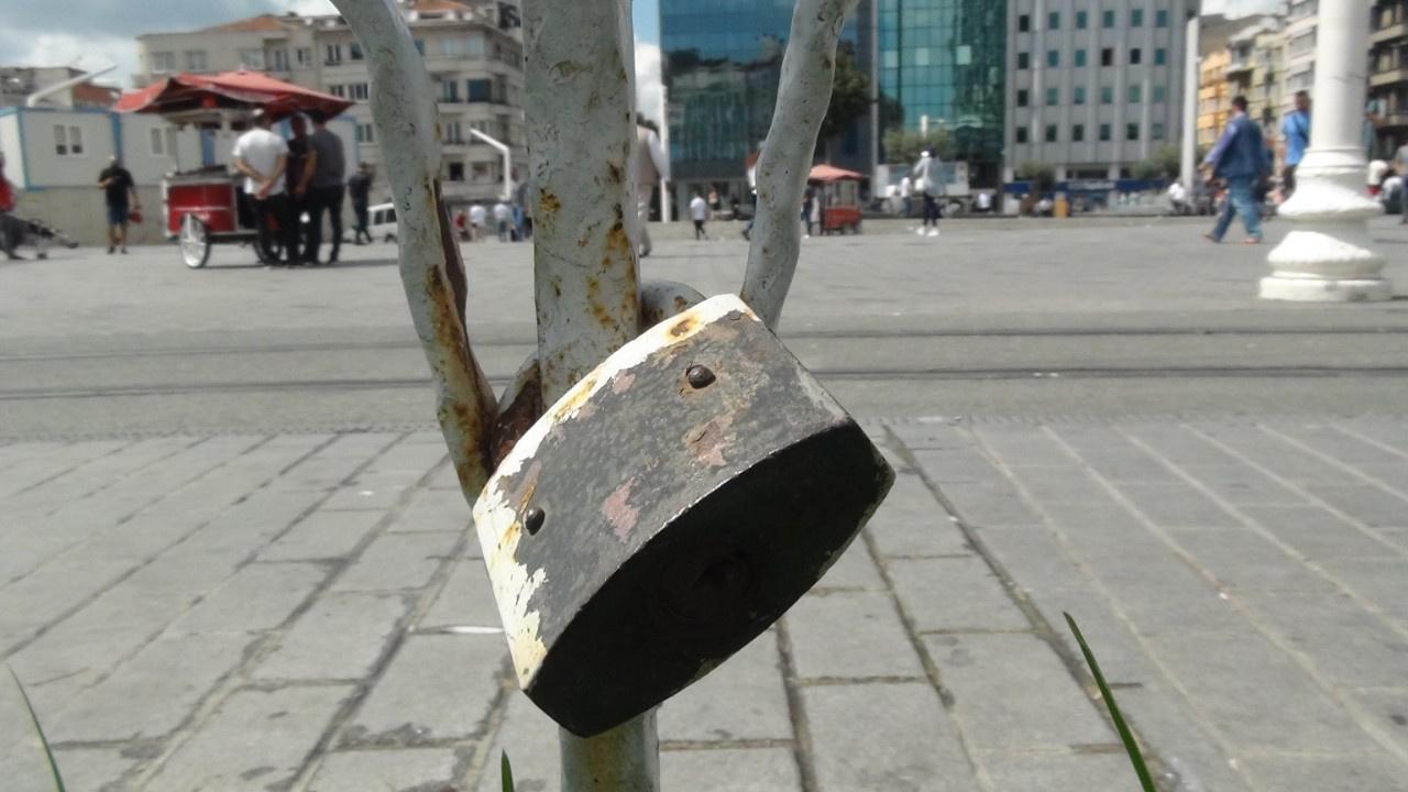 Burası Taksim... Kilit vurdular