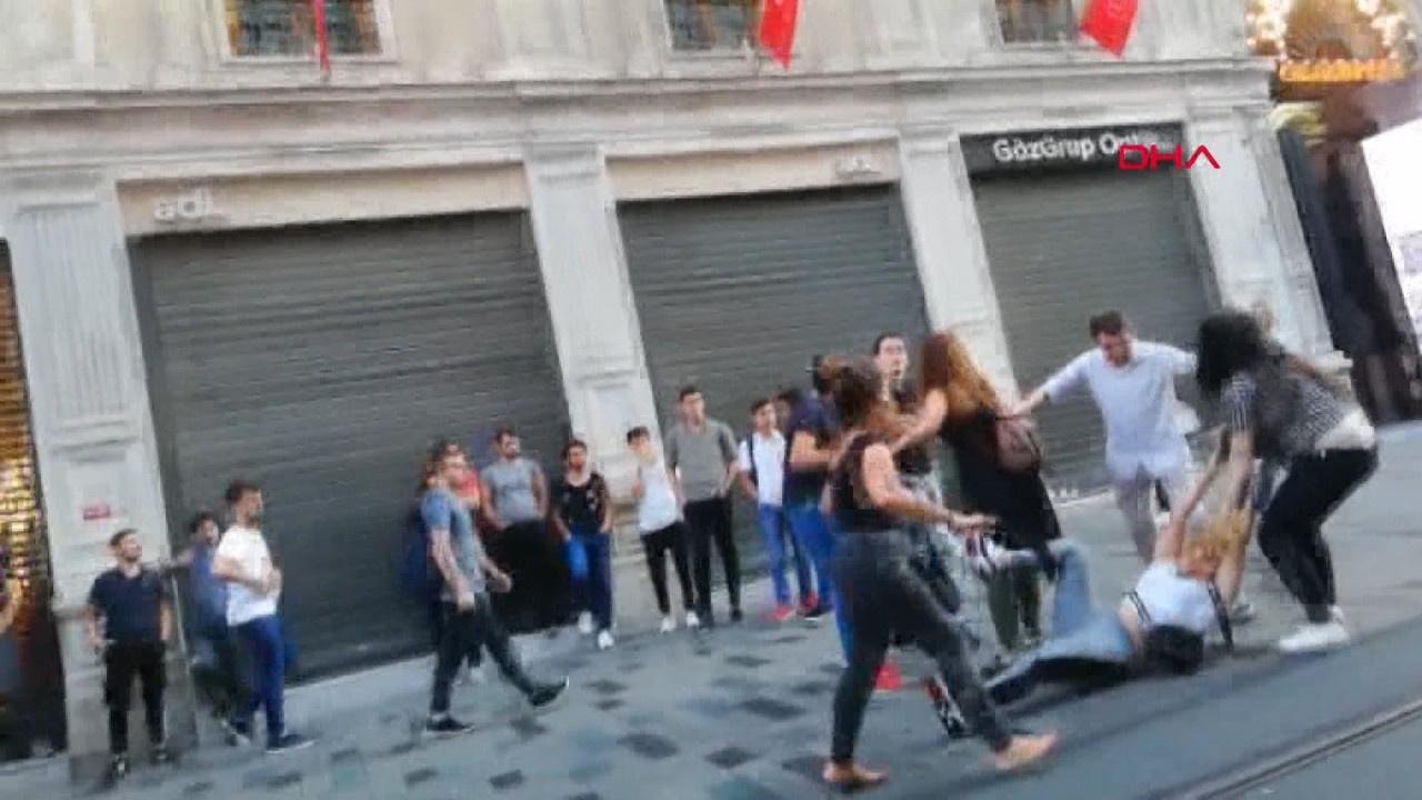 Taksim'de saç saç baş başa kavga