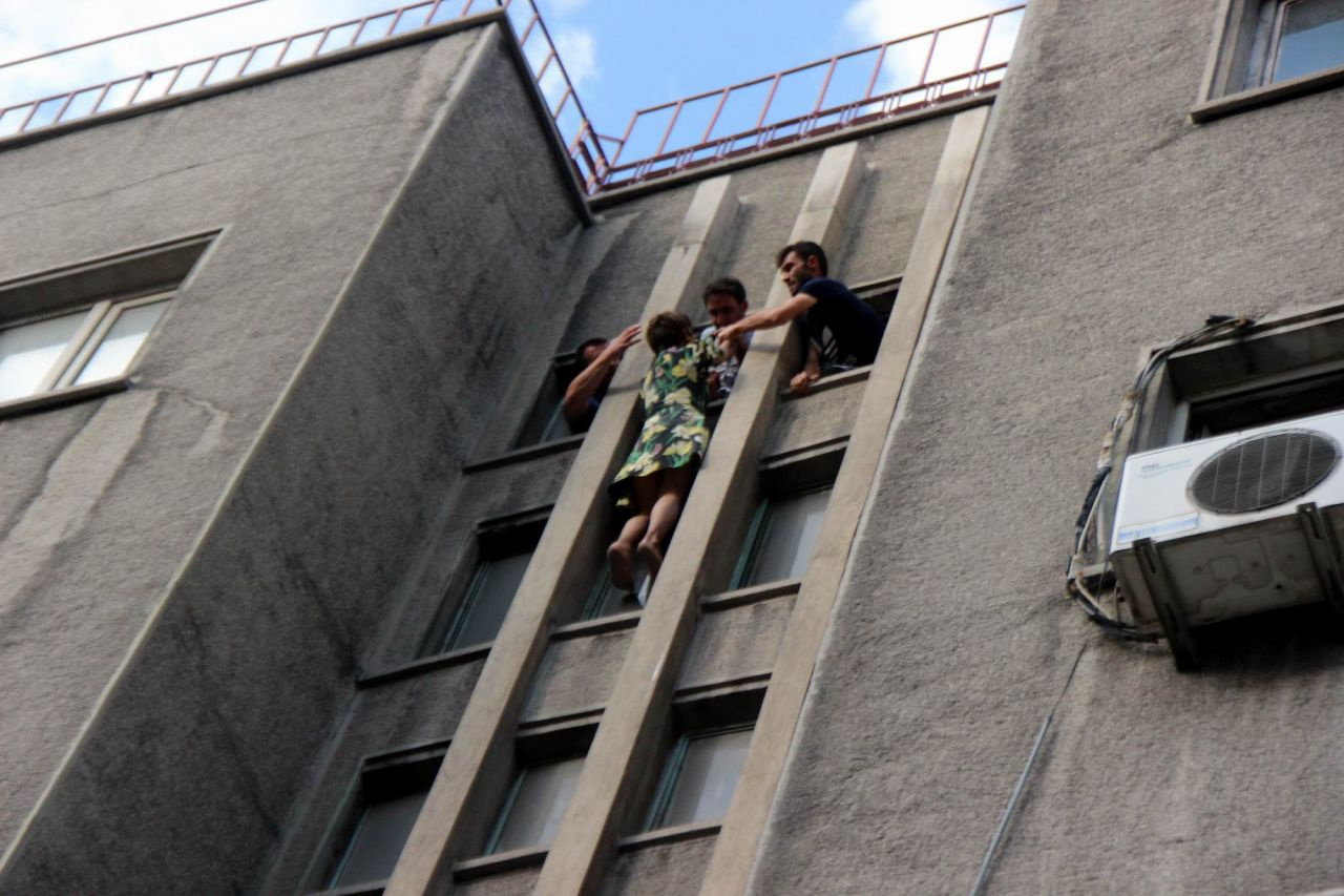 Polis 8. kattan atlayan kadını son anda tuttu - Sayfa 1