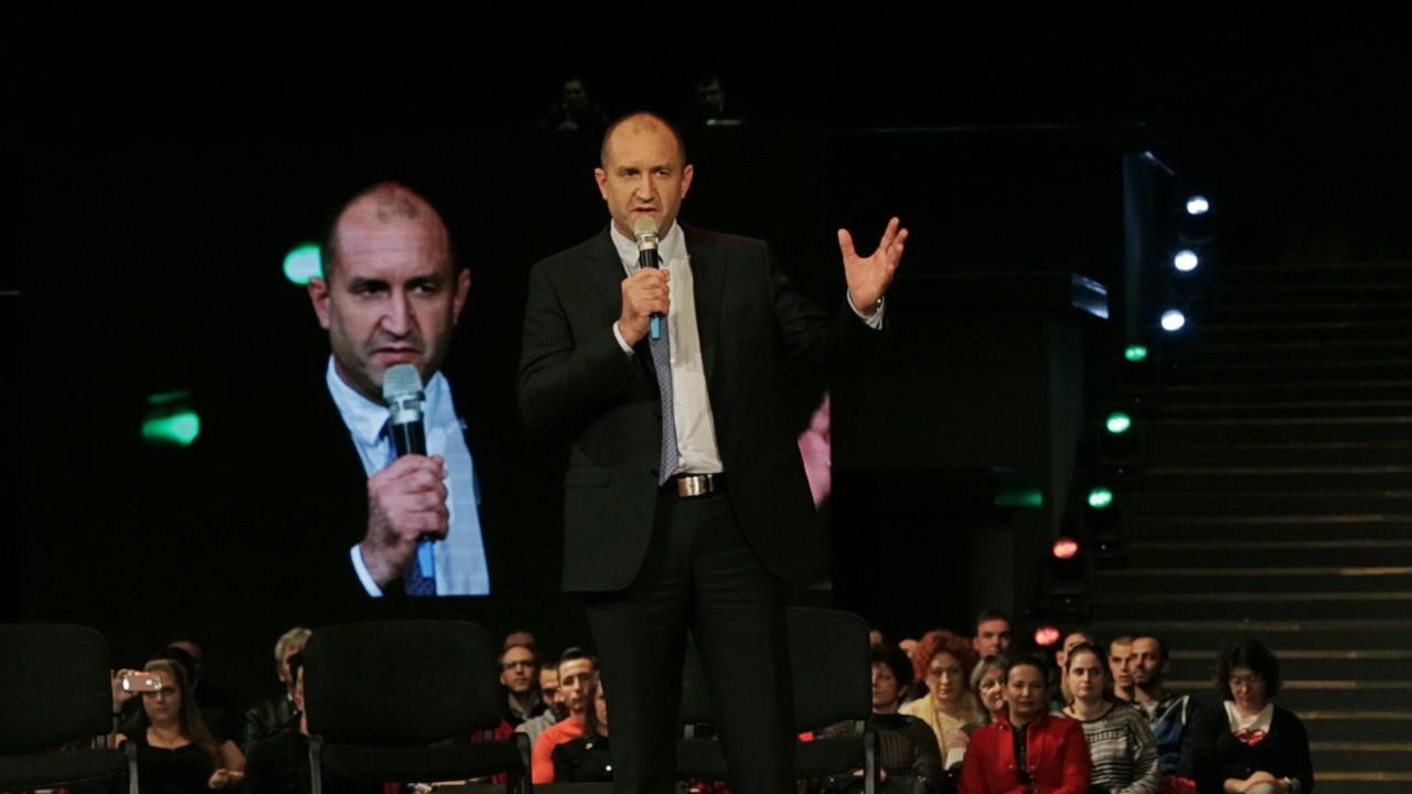 Bulgaristan'da Cumhurbaşkanı, Başbakan'a diss attı!