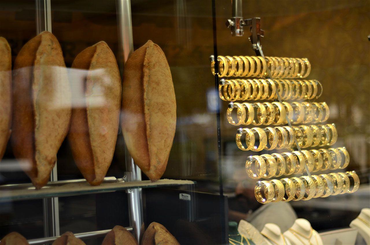 Bir tarafta ekmek, bir tarafta altın satıyor - Sayfa 1