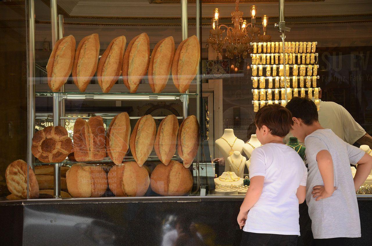 Bir tarafta ekmek, bir tarafta altın satıyor - Sayfa 3