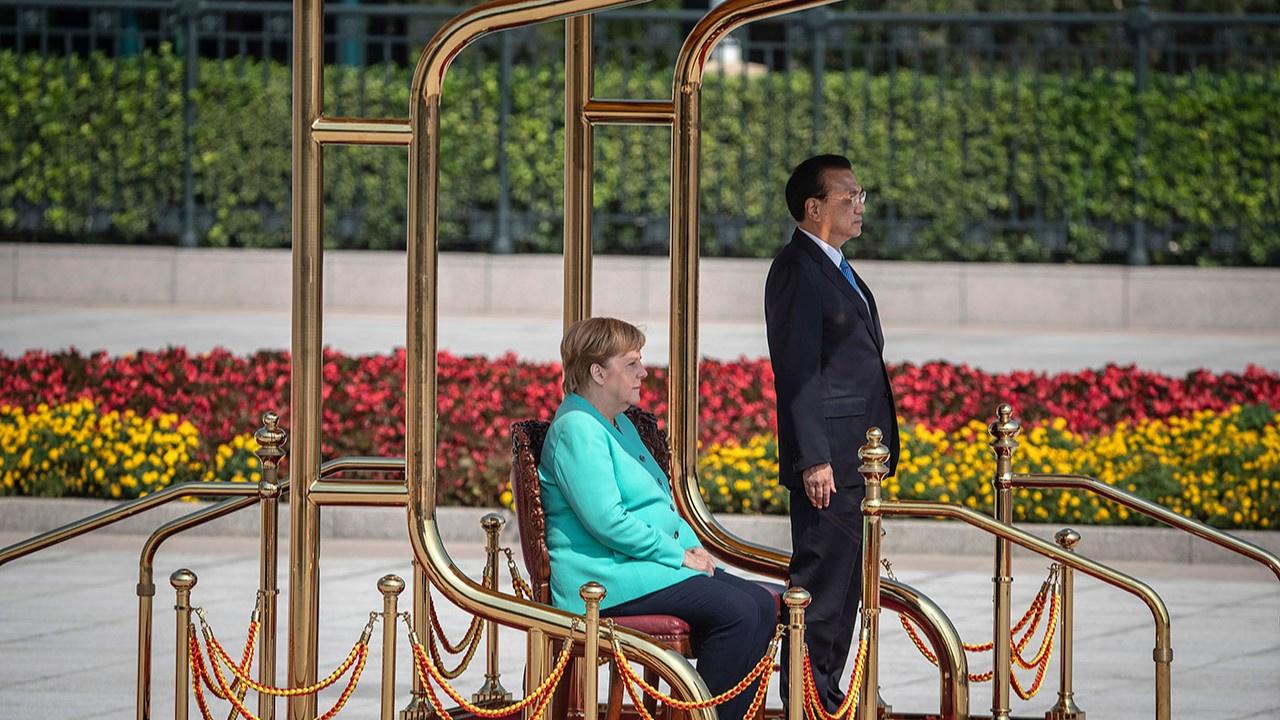 Angela Merkel marş okunurken ayağa kalkamadı