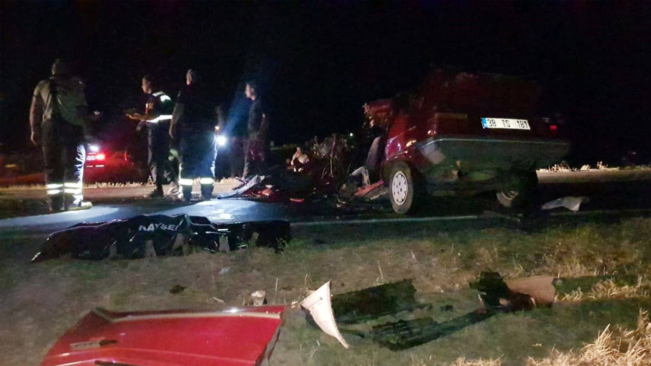 Kamyonun altına giren otomobil hurdaya döndü: 1 ölü, 1 yaralı