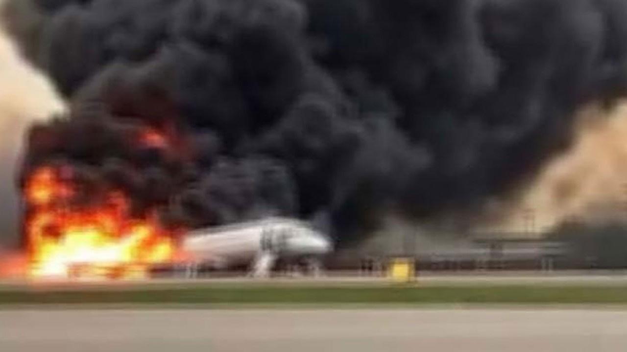 Rusya'da uçağın motoru alev aldı