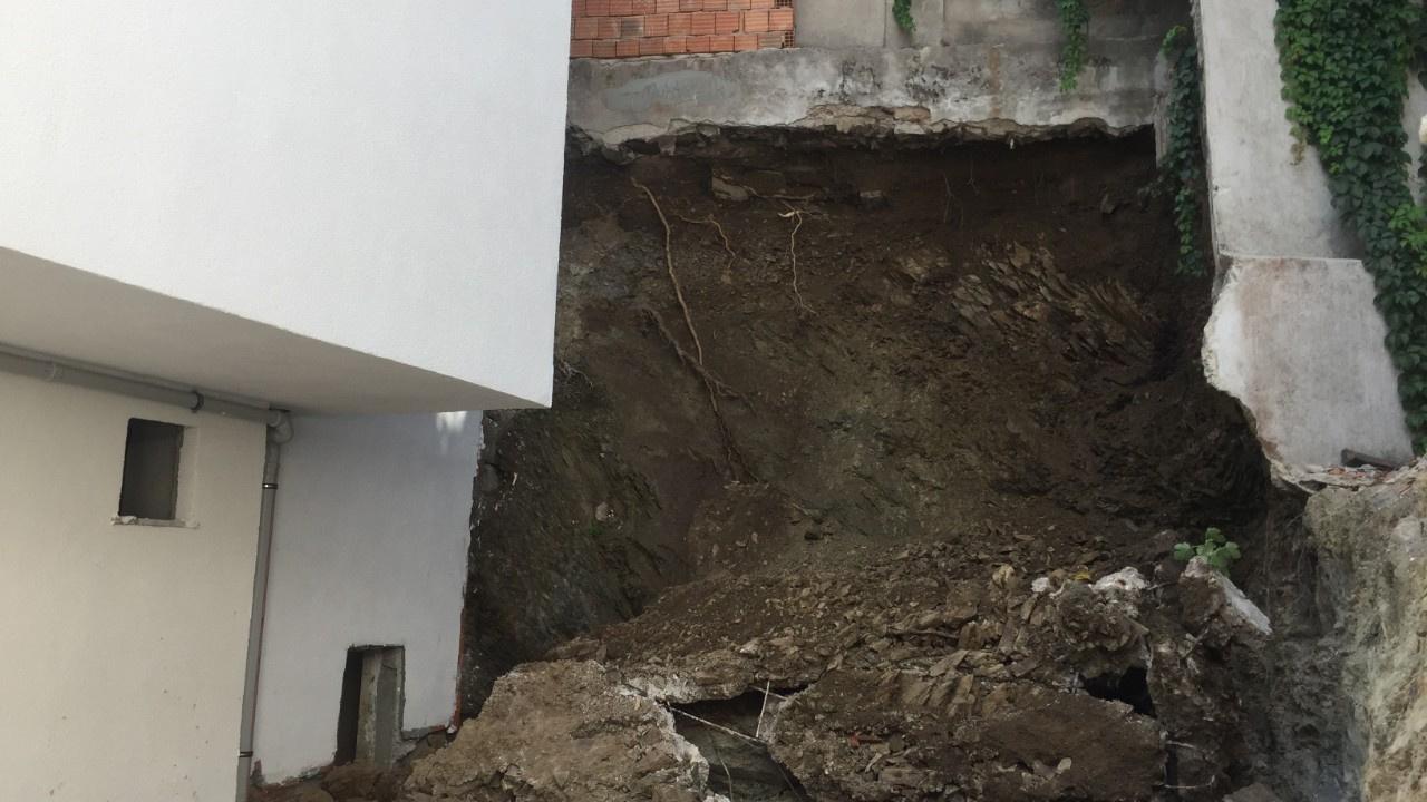 Eyüpsultan'da duvar yıkıldı, iki bina boşaltıldı