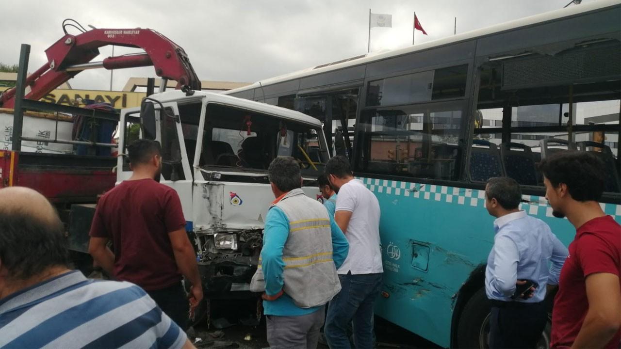 İstanbul'da bir vinç özel halk otobüsüne çarptı!