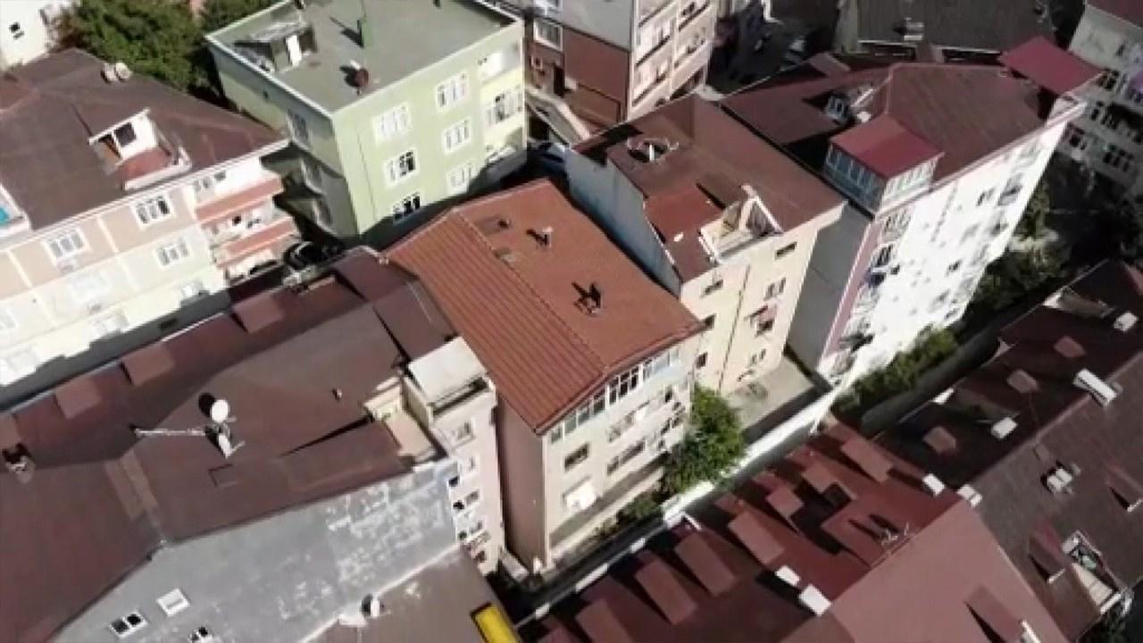 Kağıthane'de bir bina depremin etkisiyle yan yattı