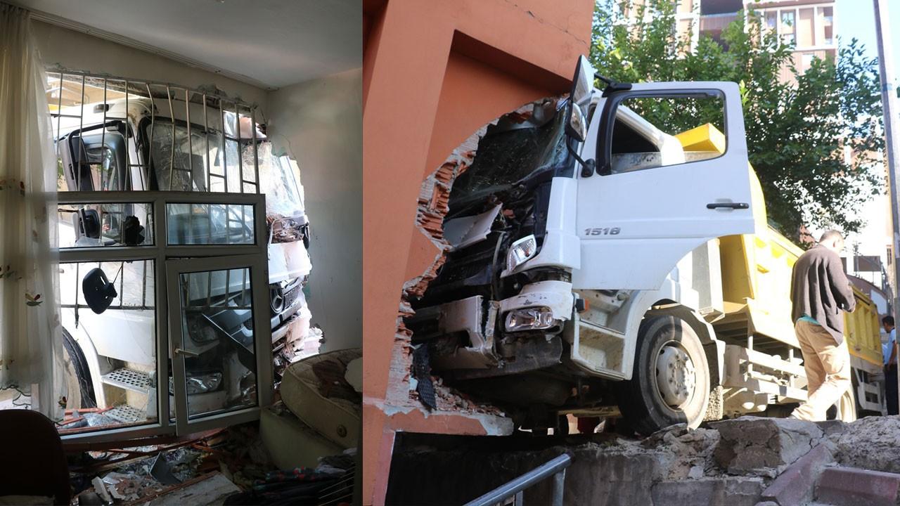 Yine İstanbul, yine hafriyat kamyonu!.. Dairenin oturma odasına girdi!