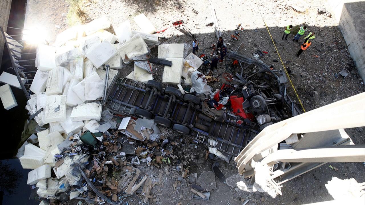 Ankara'da viyadükten düşen tırın şoförü öldü