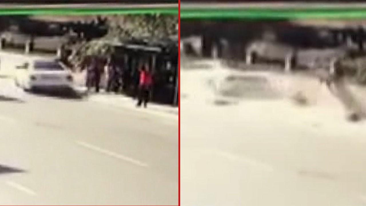 Otomobil otobüs durağına böyle daldı: 4 yaralı
