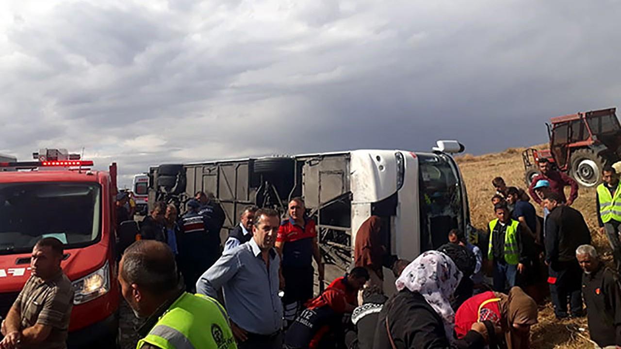 Dinar'da tur otobüsü devrildi: 1 ölü, 30 yaralı