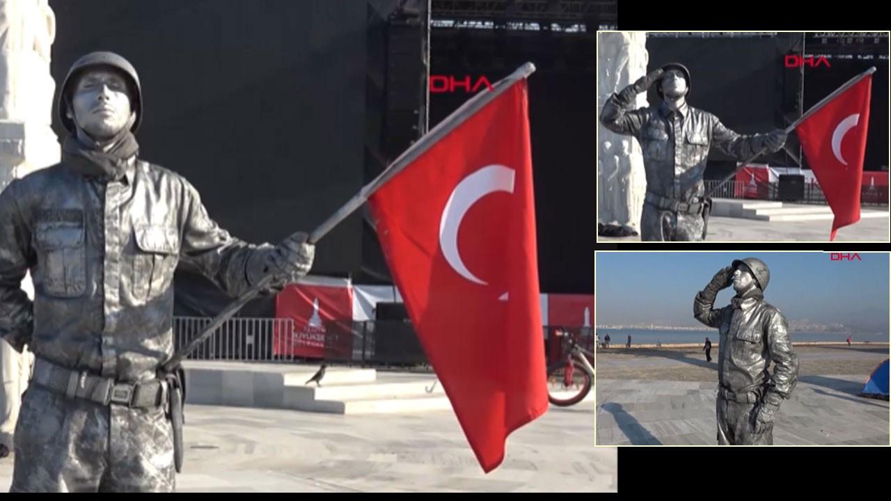 Canlı heykel, asker selamı ile rekora gidiyor