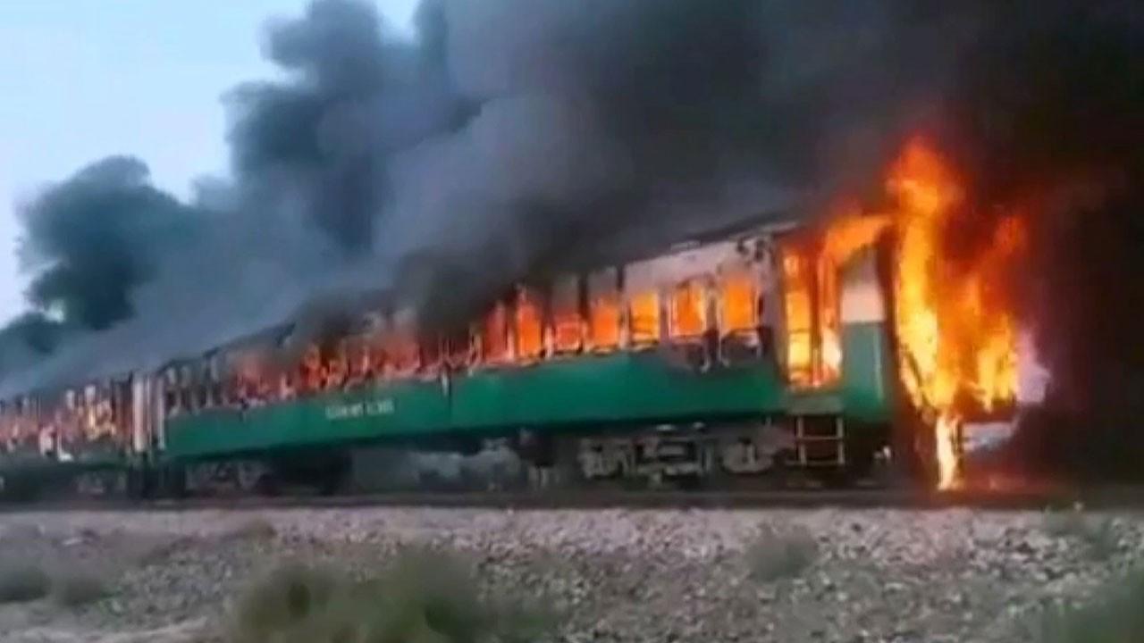 İşte Pakistan'daki tren yangından kareler