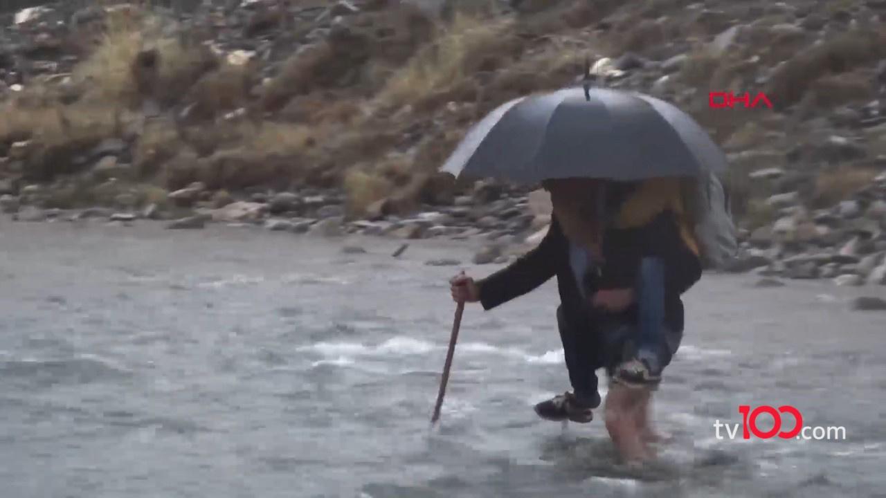 Çocukları için her gün dağları aşan suları geçen baba