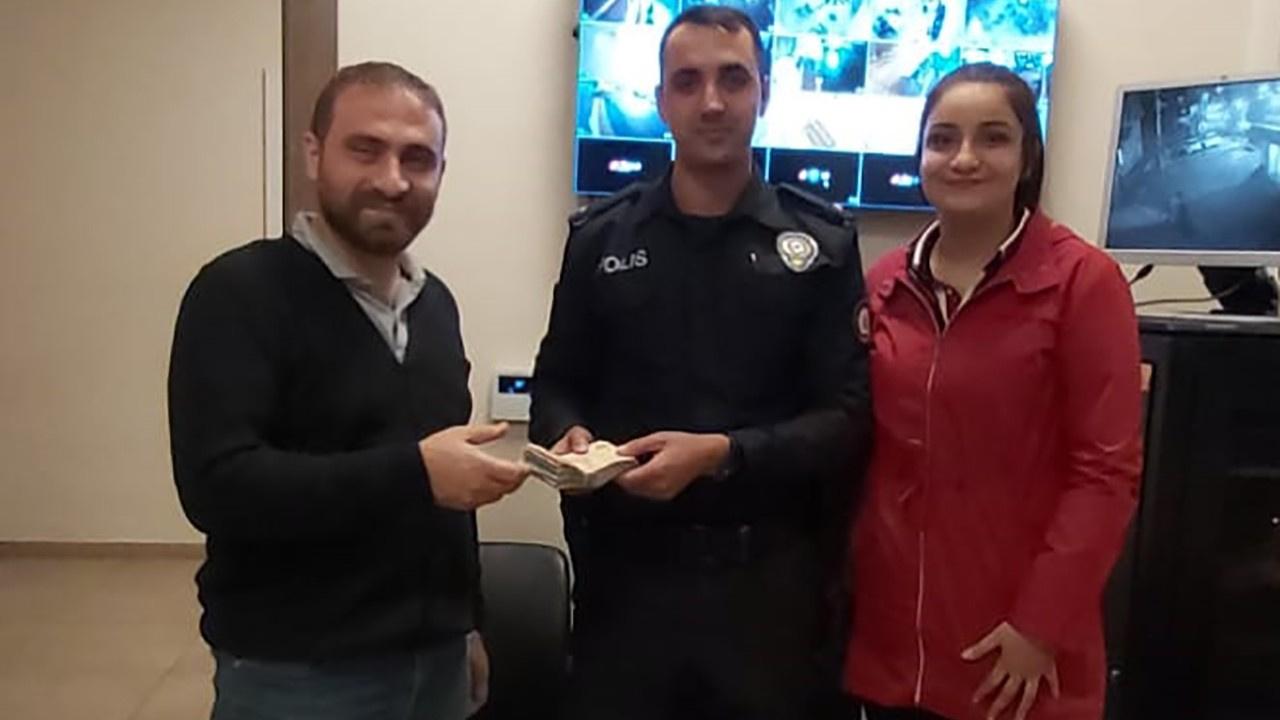 Gaziantep'te bir lise öğrencisi yolda bulduğu 17 bin 950 lirayı sahibine teslim etti