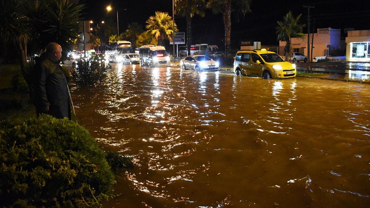 Sağanak Bodrum'u felç etti!.. Kara yolu trafiğe kapandı, su basması, taşkın..!.. Kare kare o anlar!