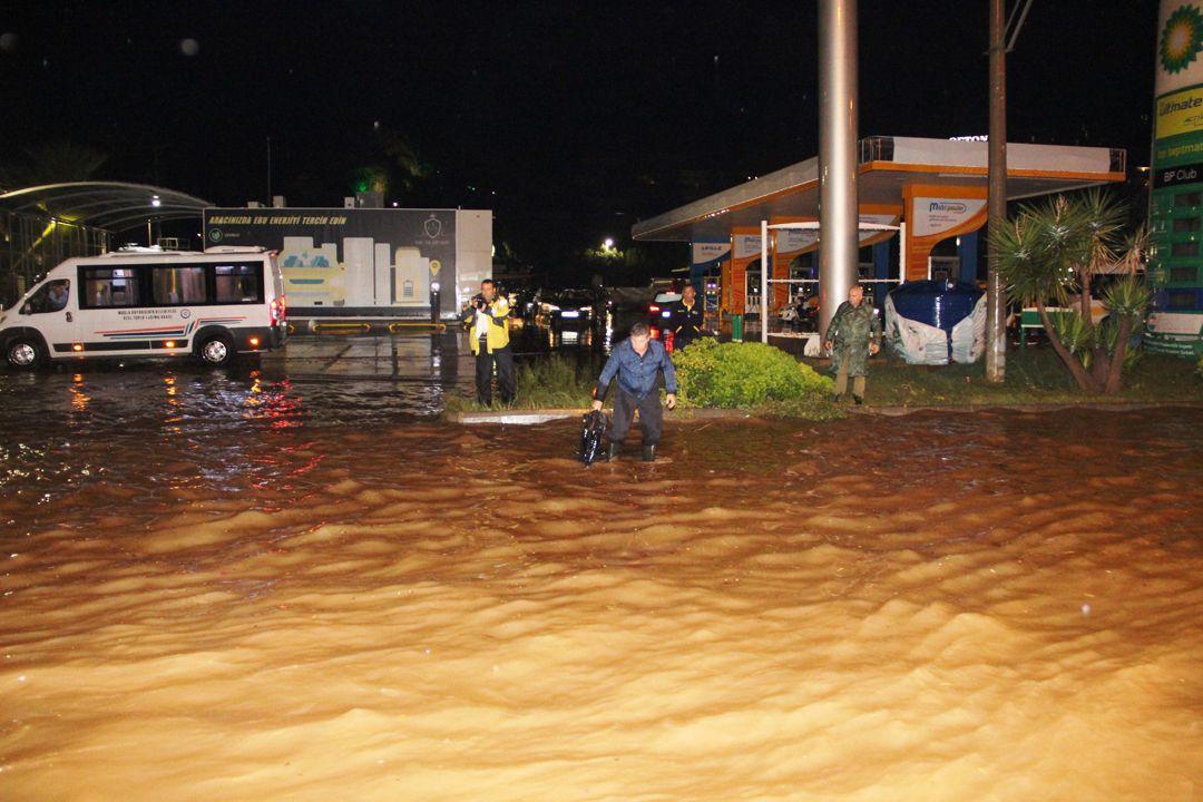 Sağanak Bodrum'u felç etti!.. Kara yolu trafiğe kapandı, su basması, taşkın..! Kare kare o anlar! - Sayfa 1