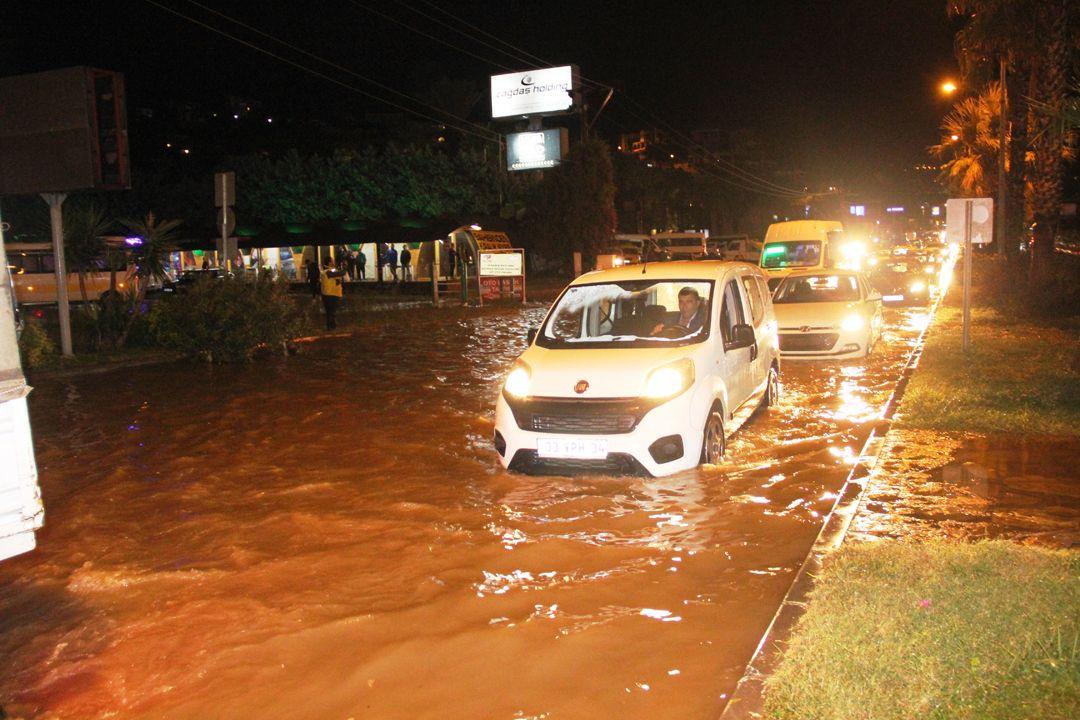 Sağanak Bodrum'u felç etti!.. Kara yolu trafiğe kapandı, su basması, taşkın..! Kare kare o anlar! - Sayfa 2