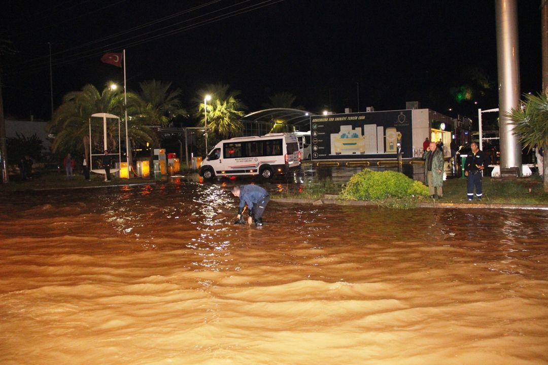 Sağanak Bodrum'u felç etti!.. Kara yolu trafiğe kapandı, su basması, taşkın..! Kare kare o anlar! - Sayfa 3