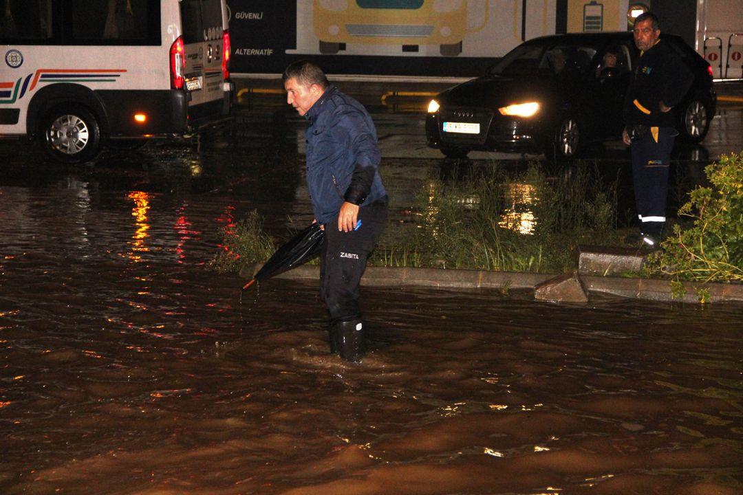 Sağanak Bodrum'u felç etti!.. Kara yolu trafiğe kapandı, su basması, taşkın..! Kare kare o anlar! - Sayfa 4