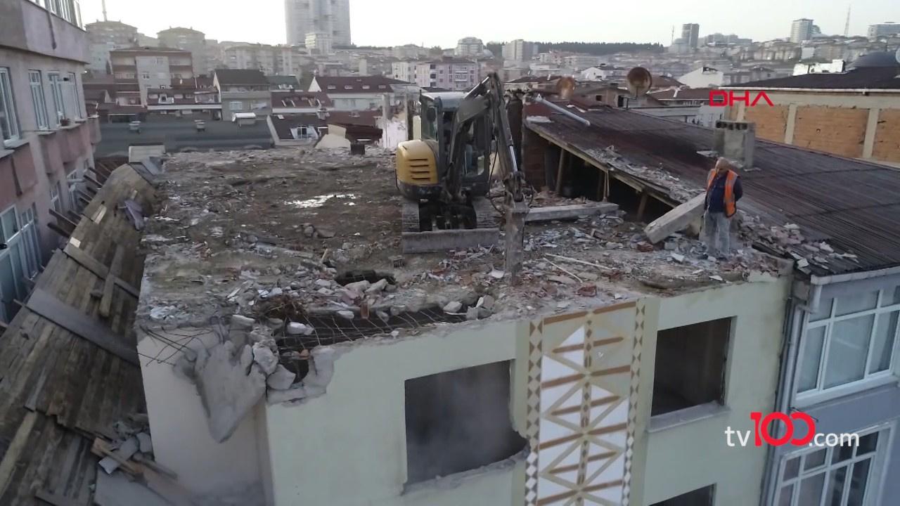 Binayı yıkmak için çatısına iş makinesi çıkarttılar!