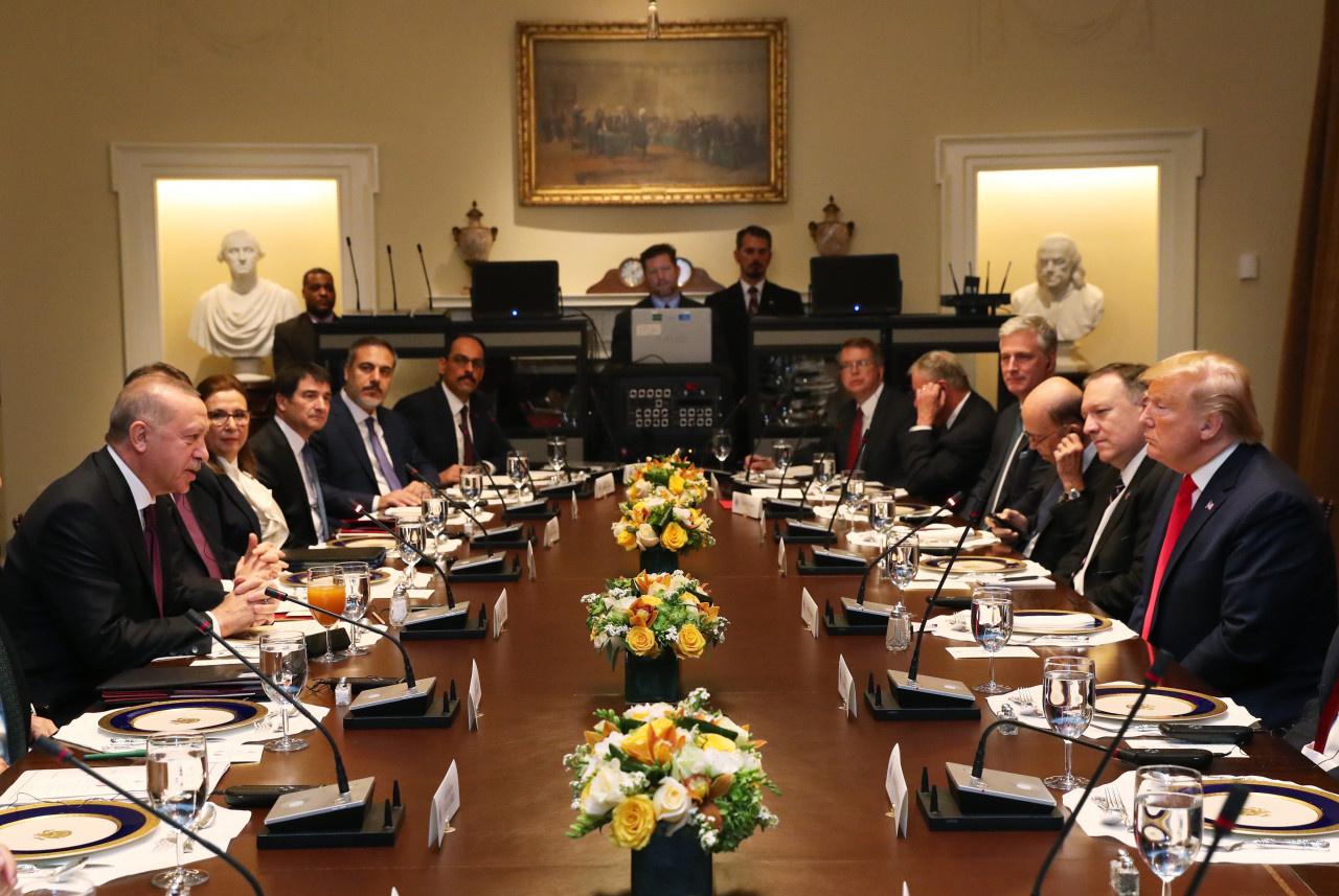 Cumhurbaşkanı Recep Tayyip Erdoğan ve ABD Başkanı Donald Trump, Beyaz Saray'daki ikili görüşmenin ardından çalışma yemeğine geçti.