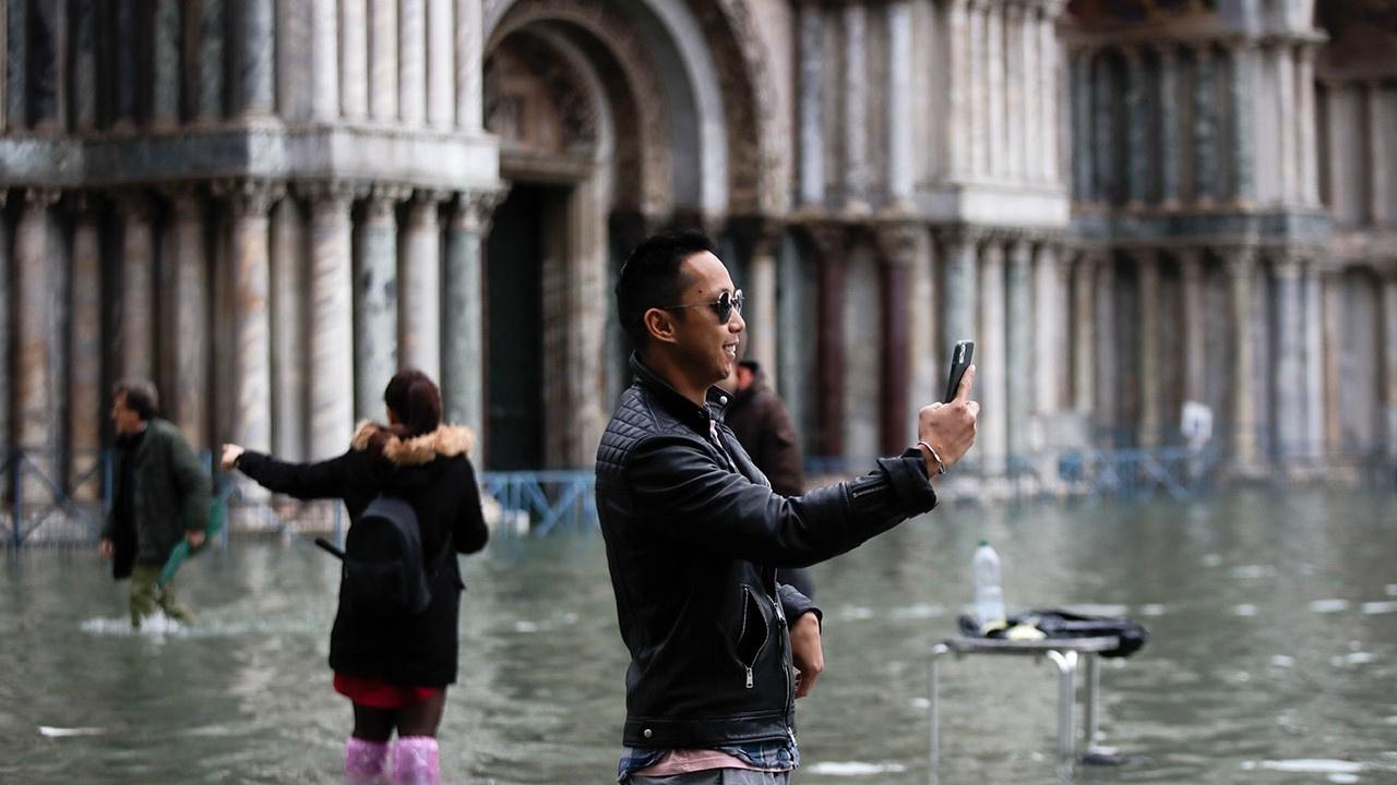 Venedik 187 santim suyun içine battı, 2 kişi öldü