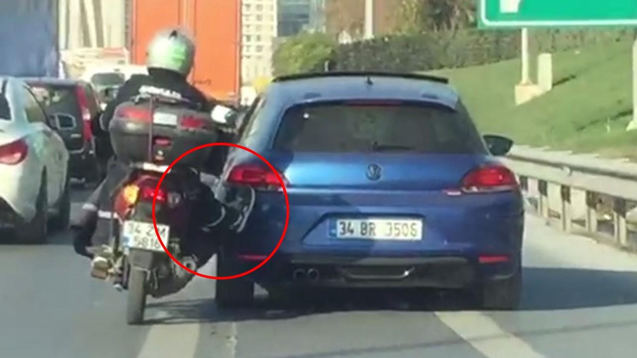 İstanbul'da 'yok artık' dedirten görüntü!.. Motosikletiyle aracı böyle itti!
