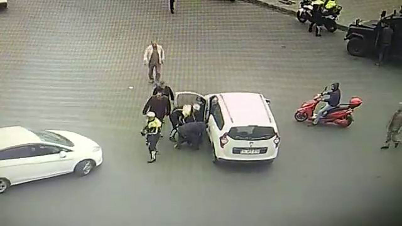 Dili boğazına kaçan sürücüyü polis kurtardı