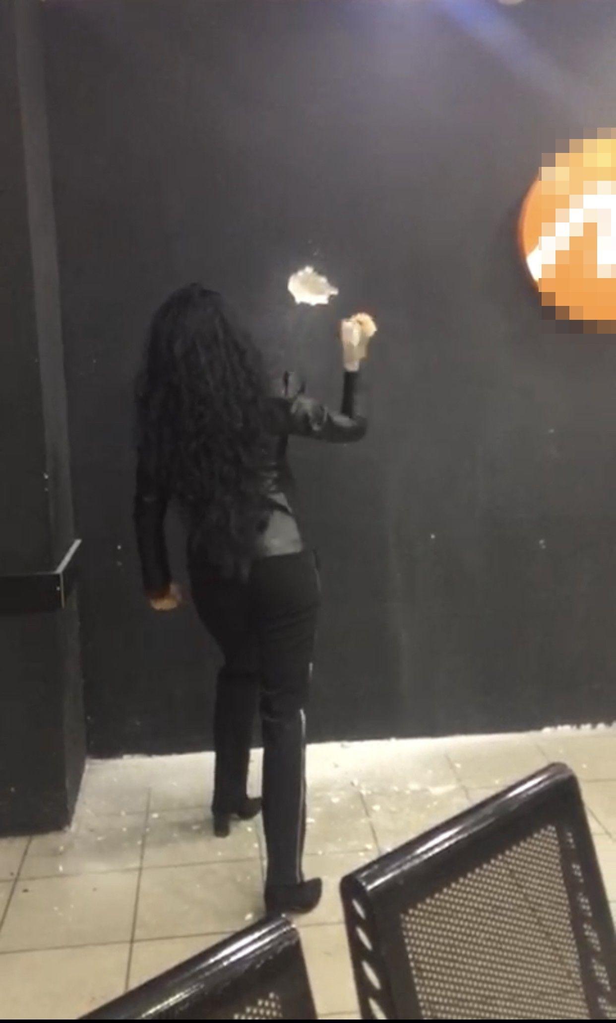 Kadın müdür otogarda duvarı çekiçle kırdı - Sayfa 3