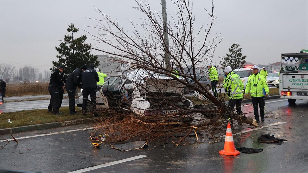 Kütahya'da feci kaza!.. 2ölü, 3 ağır yaralı!.. Ağacı yerinden söktü!