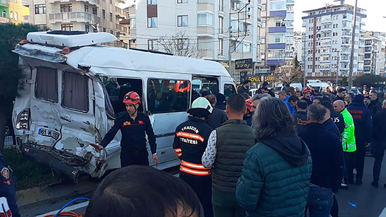 Tır, yolcu minibüsüne çarptı: 2 ölü, 22 yaralı