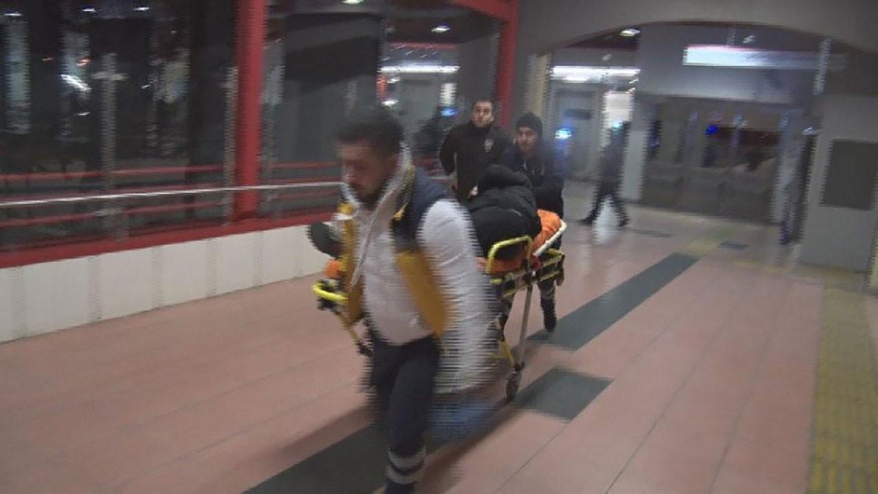 Metroda dehşet! 2 kişi bıçaklandı