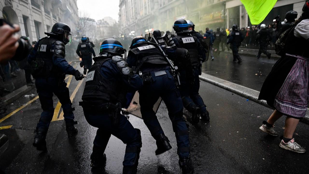 Fransa'da emekliler sokaklara döküldü
