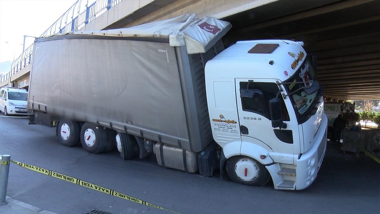 Cıvata yüklü kamyon köprüye böyle sıkıştı!