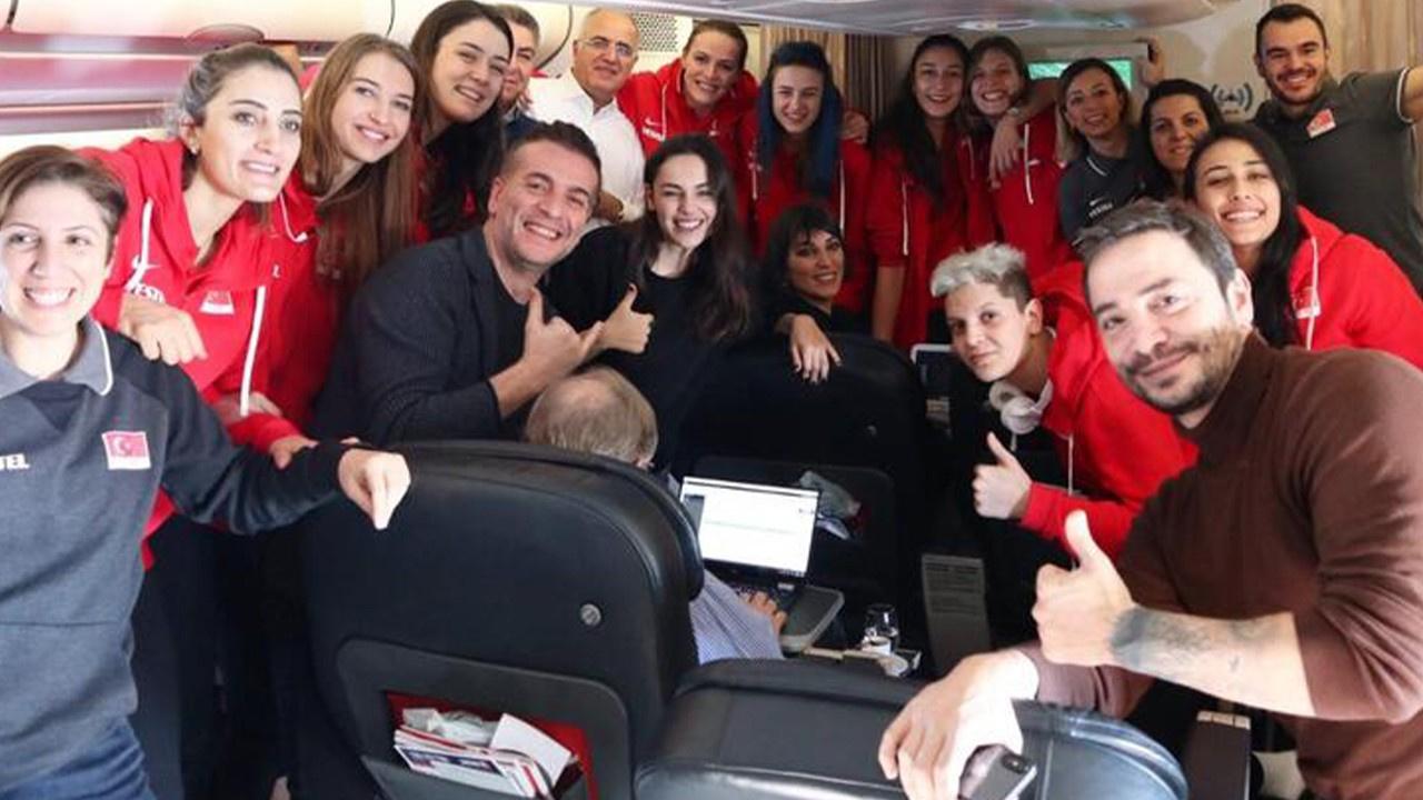 Ünlü oyunculardan uçakta şarkılı kutlama!