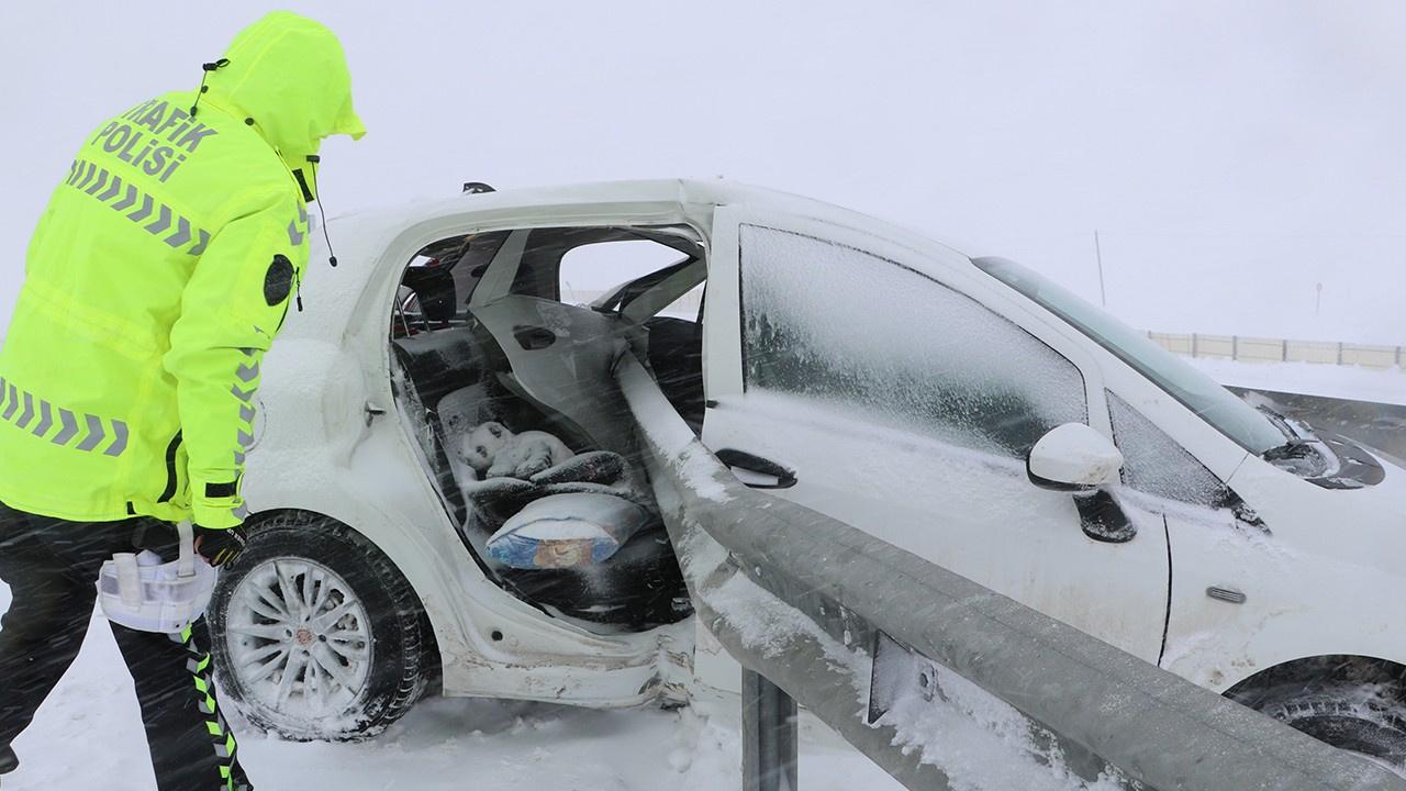 Otomobil bariyerlere girdi: 1 ölü 3 yaralı