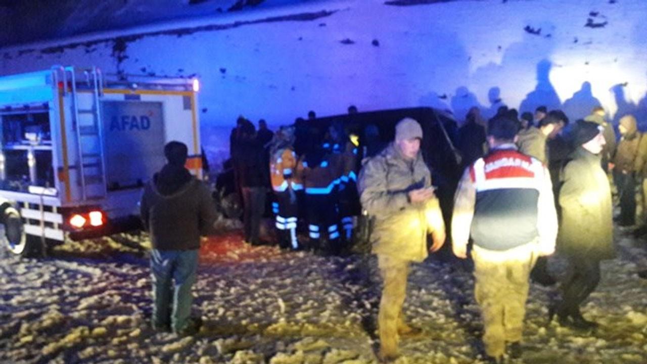 Tır ile kamyonet çarpıştı... 3 kişi öldü!
