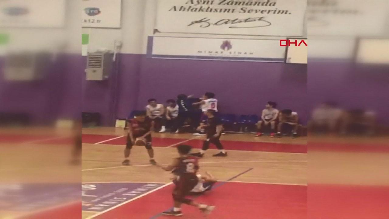 Basketbol maçında antrenör dehşet saçtı