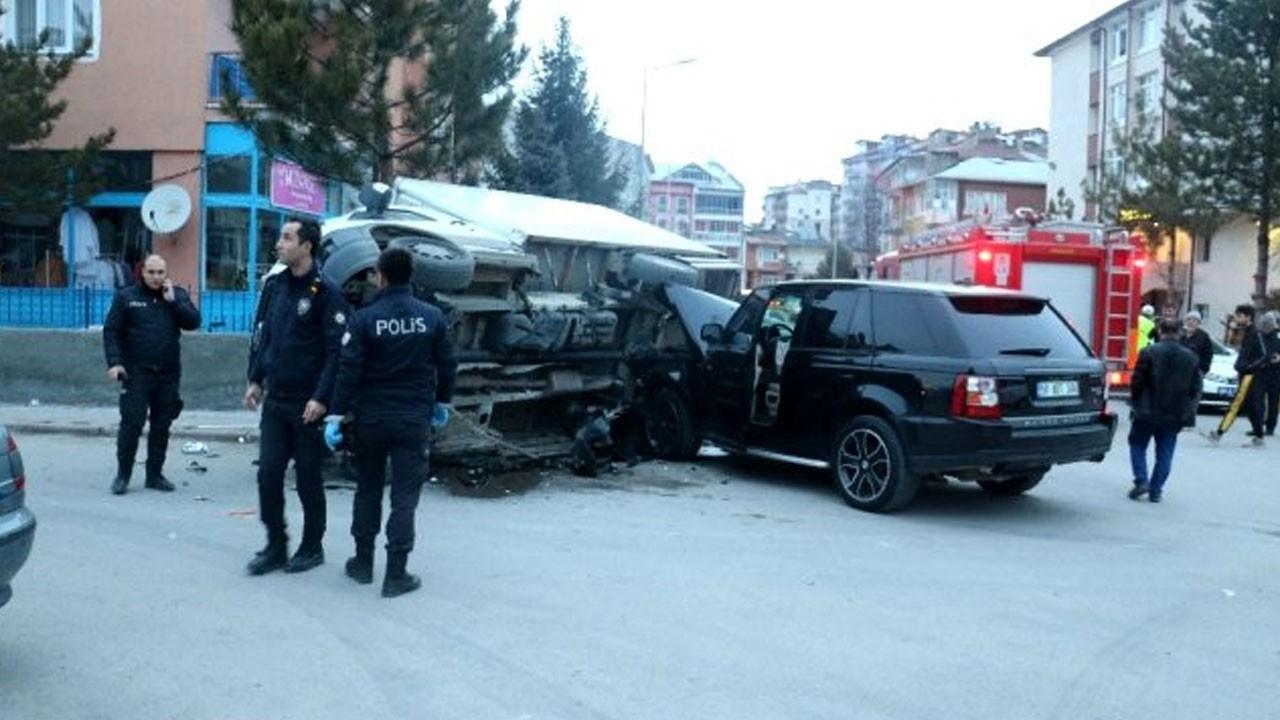Lüks cipin çarptığı kamyon devrildi: 2 yaralı
