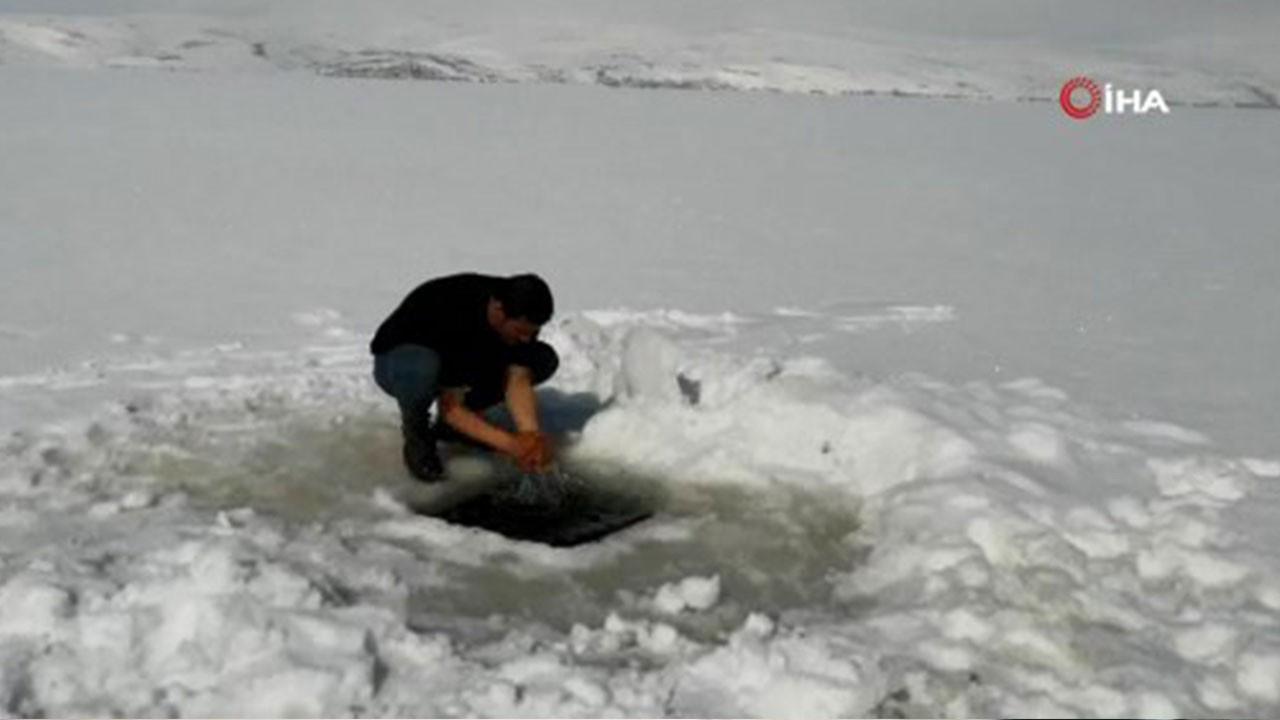 Buz gibi suda abdest alıp namaz kıldılar